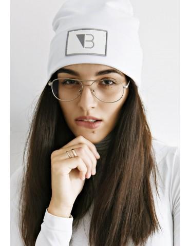 Biała czapka wywijana
