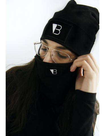 Czarna czapka wywijana